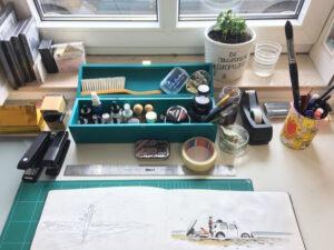 Das Bild zeigt den Arbeitsplatz von Grafikdesigner Malte Knaack.